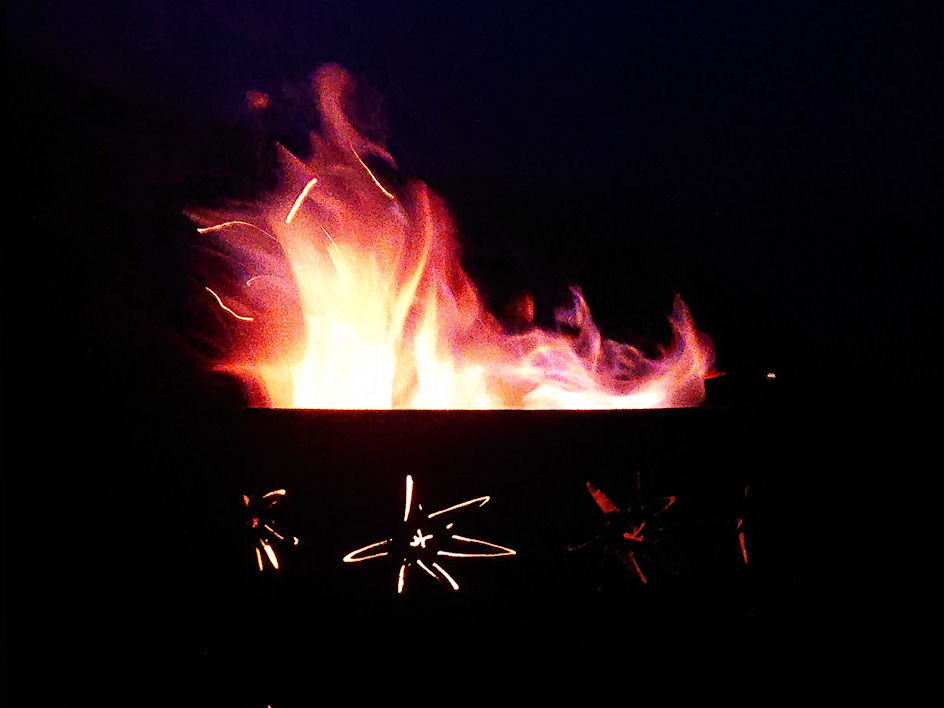 Feuerschale au der Flammen lodern.