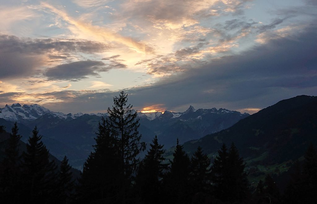 Abendlicher Panoramablick vom Kristberg zu den Bergen des südlich gelegenen Rätikons. Die Zimba ist gut zu erkennen.