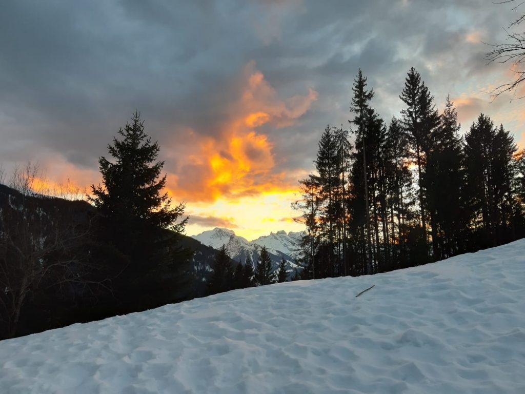 Glutrot leuchten die Wolken am Abendhimmel des Montafons